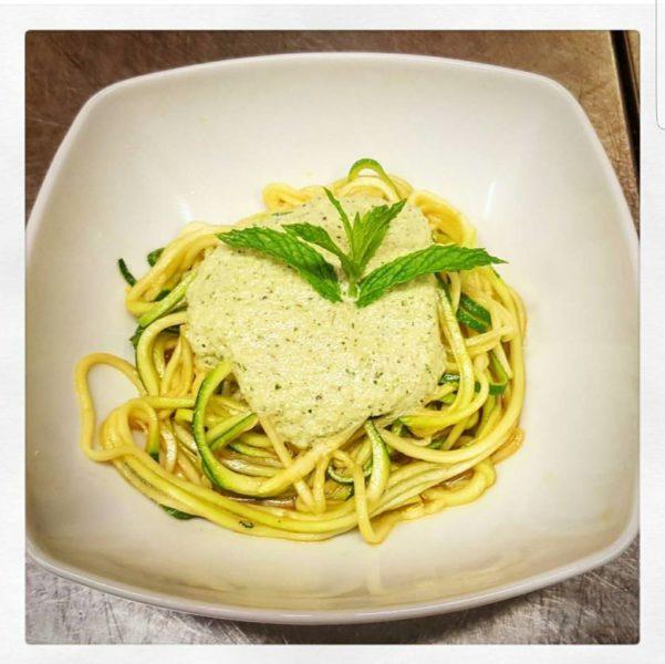 spaghetti di zucchine crudiste con pesto