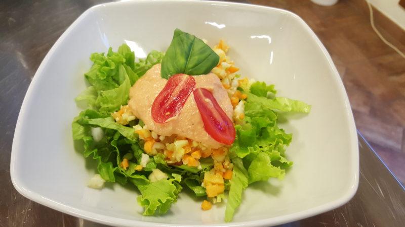 insalatina-di-verdure-con-salsa-rosa