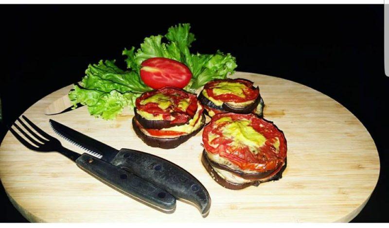 melanzane e pomodori con salsa ai peperoni